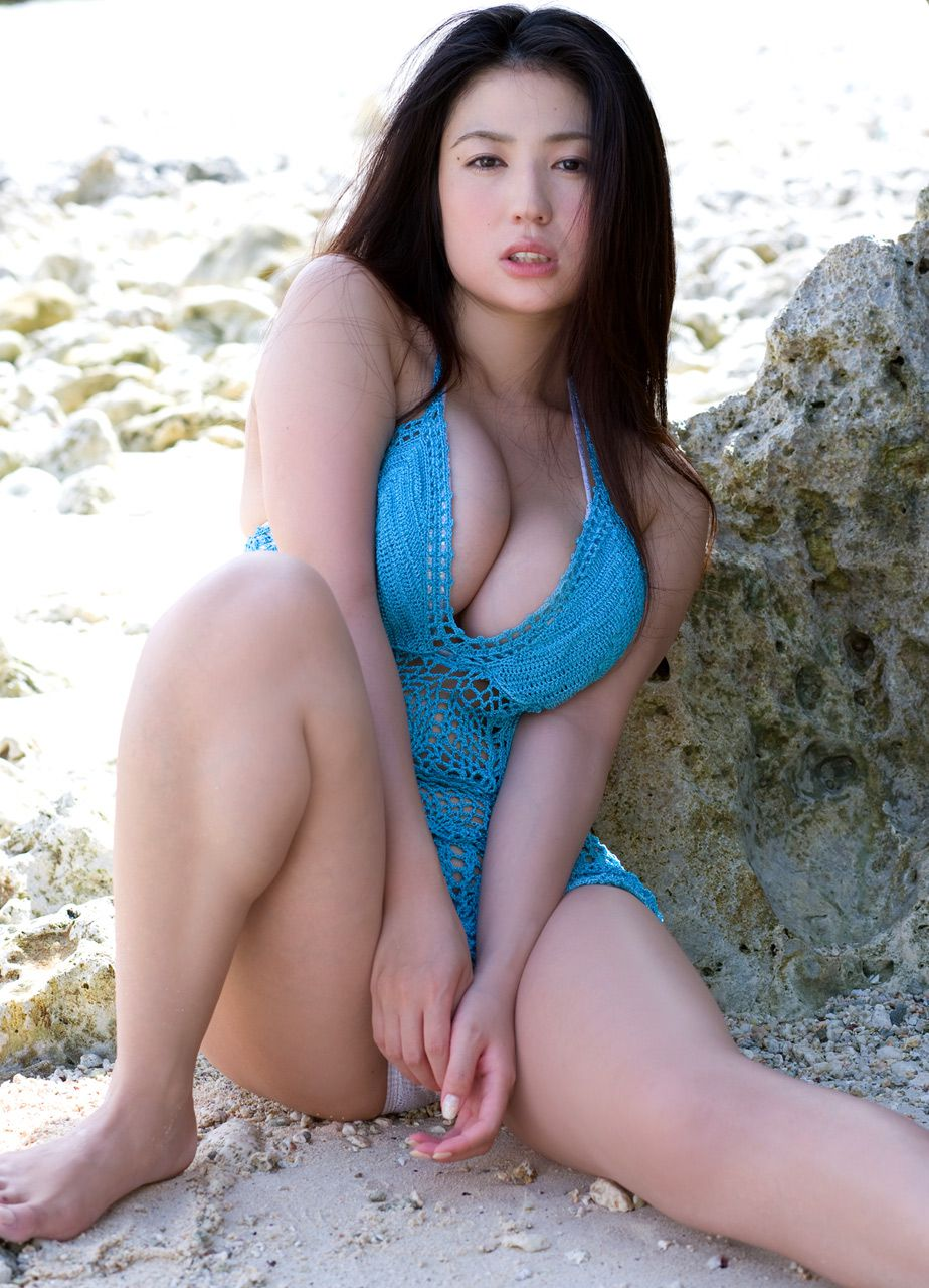 The bust that seems to fall out of the bikini is like Nonan Takizawa003