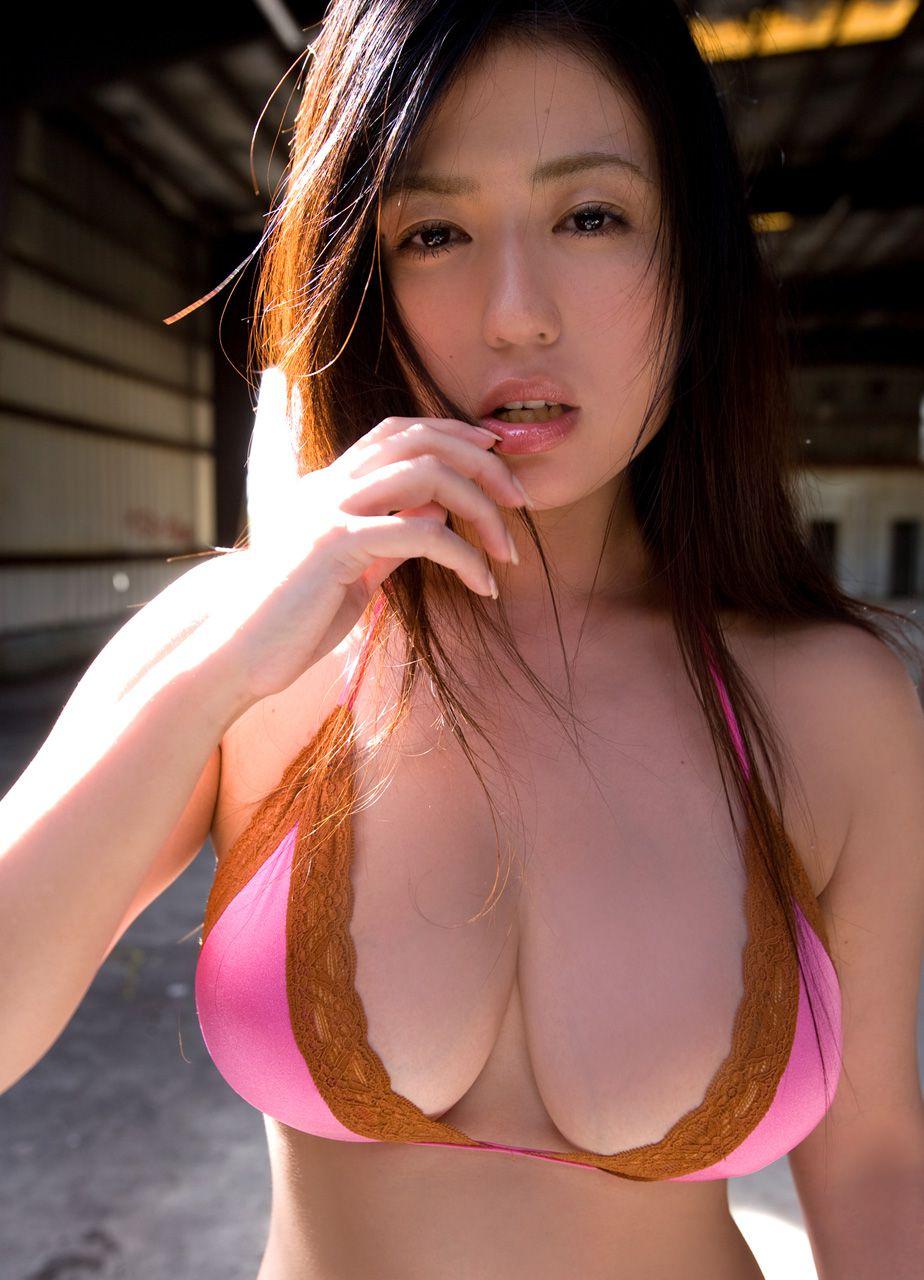 The bust that seems to fall out of the bikini is like Nonan Takizawa012