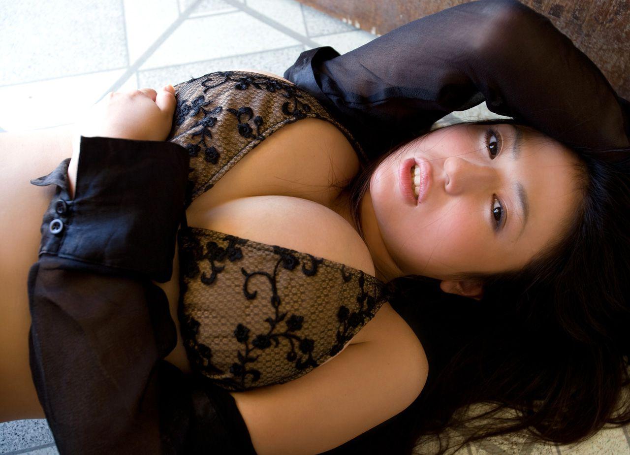 The bust that seems to fall out of the bikini is like Nonan Takizawa013