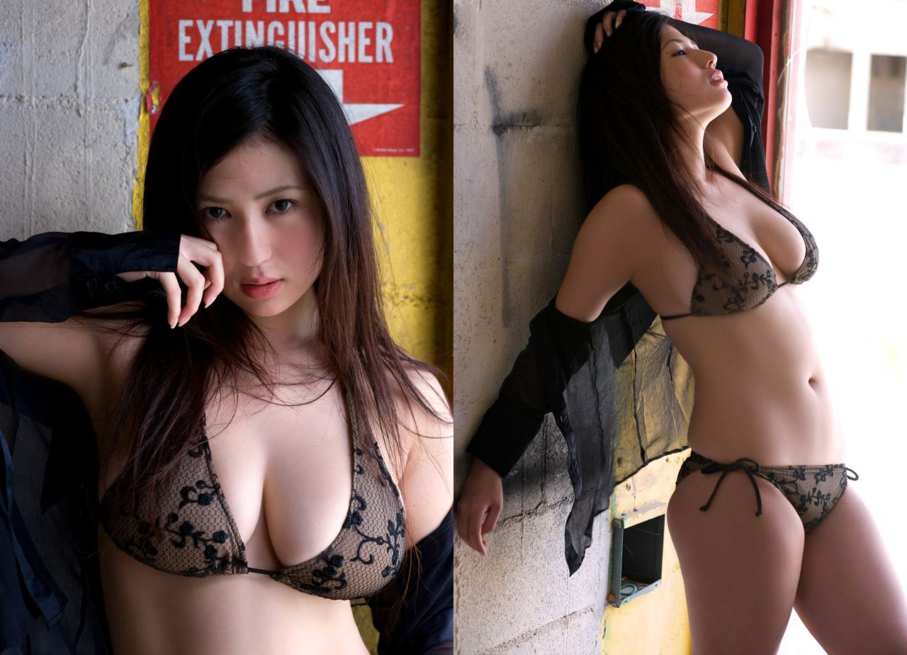 The bust that seems to fall out of the bikini is like Nonan Takizawa014