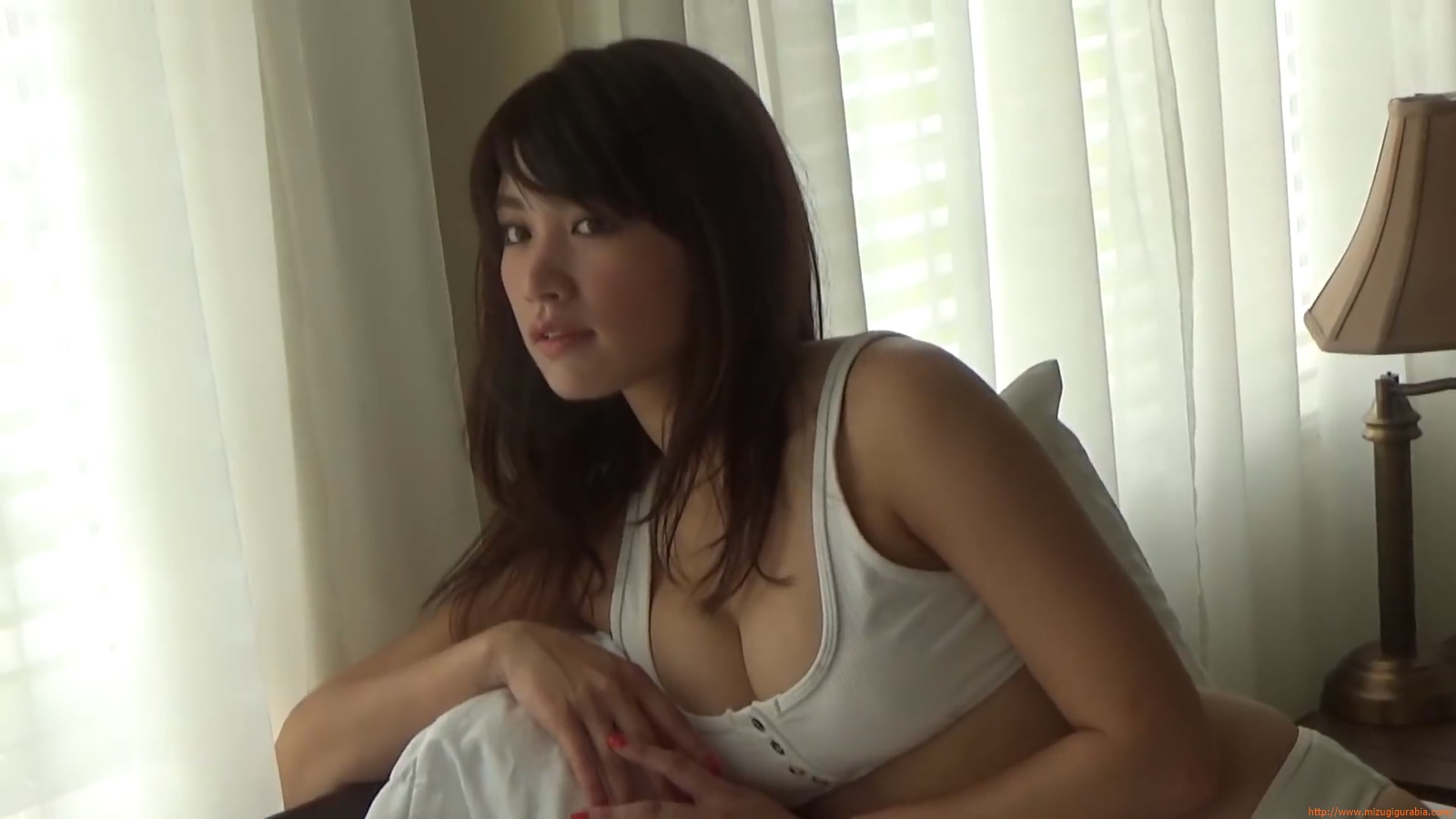 Shes a sunny bodice who continues to lead the way in gravure004