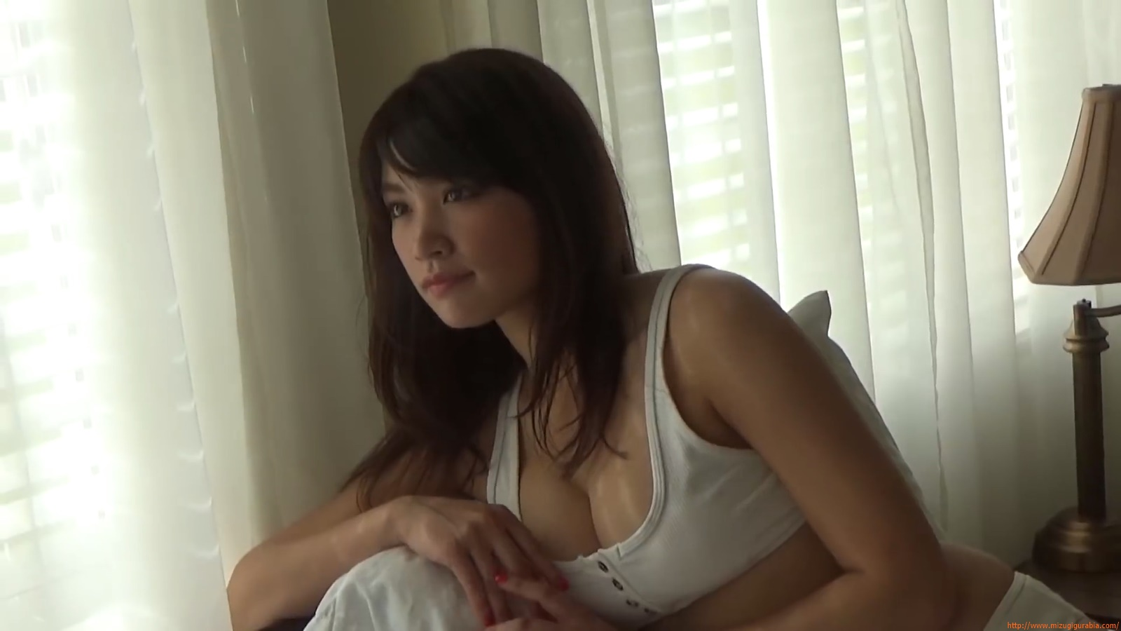 Shes a sunny bodice who continues to lead the way in gravure006