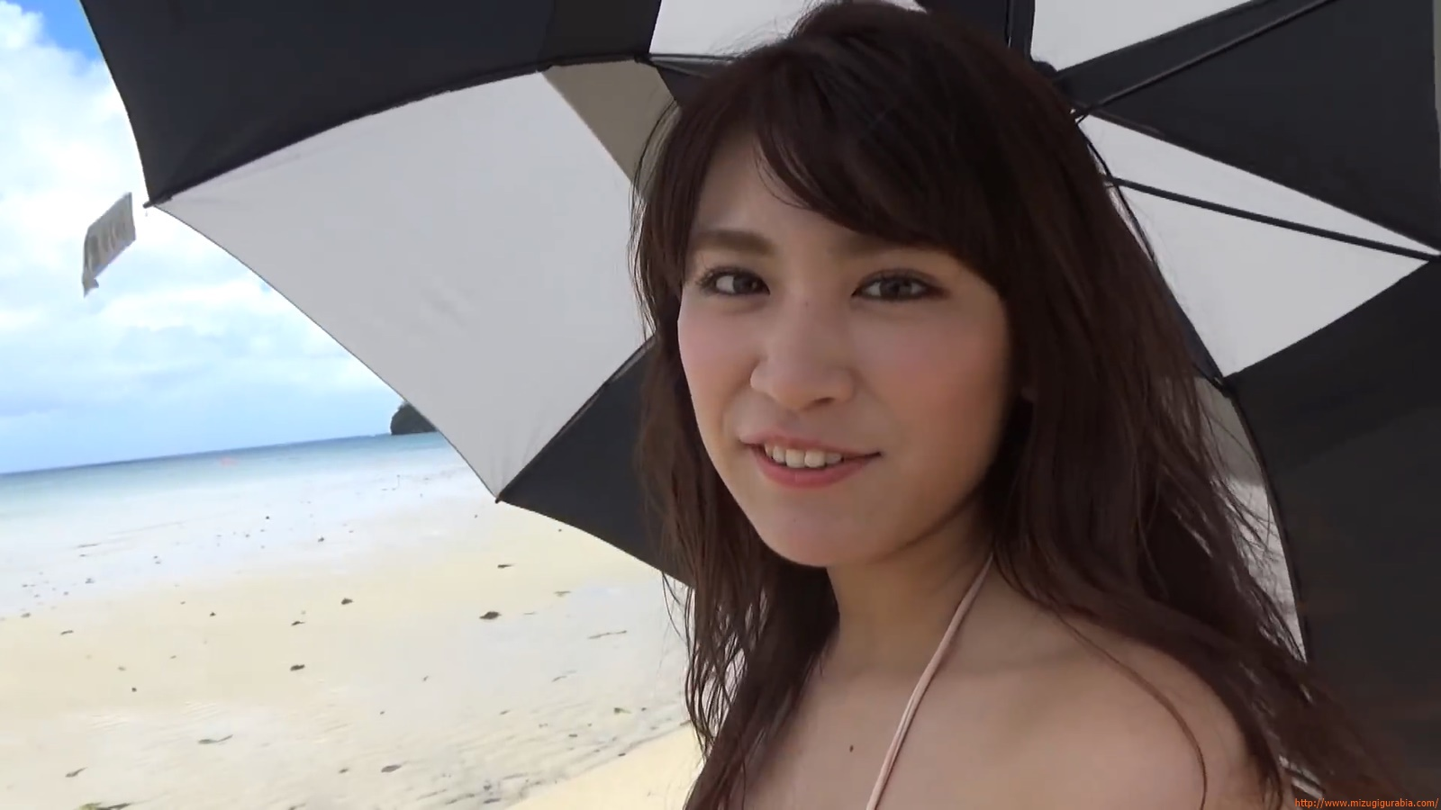 Shes a sunny bodice who continues to lead the way in gravure046