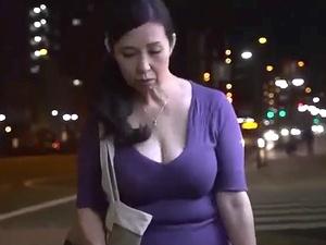 五十路で爆乳な未亡人を狙う暴行魔!犯されるおばさん!!
