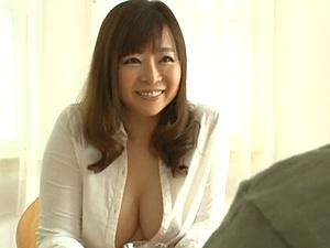 叔母はムチムチ巨乳巨尻な童顔の美熟女人妻!甥と中出し近親交尾! KAORI