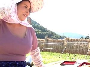農家のおばさん!四十路で豊満ぽっちゃり爆乳爆尻な奥さんが野外で小便聖水!クンニ、手マン、フェラしてハメ撮り!八木あずさ