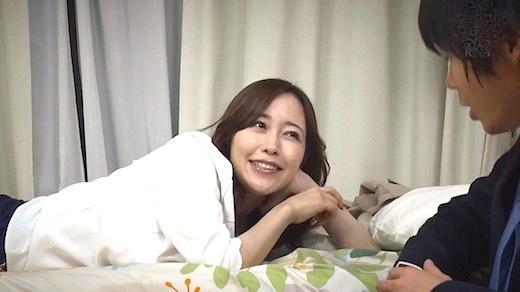 篠田ゆう 厳格で華奢巨乳の女上司と宅飲みで朝を迎えた末、覗かせた独占したくなる隙だらけの素顔。