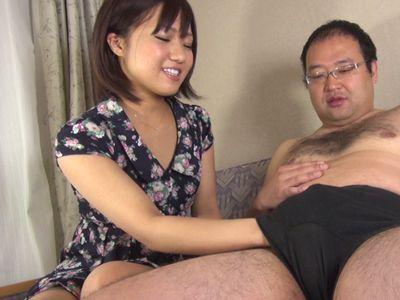 【センズリ鑑賞】『凄い硬くなってるよぉ♡』キモデブの粗チンを優しく射精させる素人娘がせんずりのお手伝い!