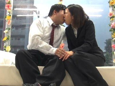 【MM号】『職場には内緒ですよ…』お金のためなら会社の上司とSEXするスケベOLが騎乗位でガンガン腰を振る禁断セックス