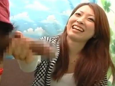 【センズリ鑑賞】『立派ですね♡』目の前のデカチンを笑顔でシコシコする射精のお手伝いする美人ギャル