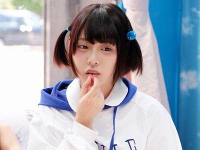【MM号】あのアイドルに激似の可愛い美少女がチンポ飴から本物チンポを咥え、無毛パイパンマンコに挿入しちゃう