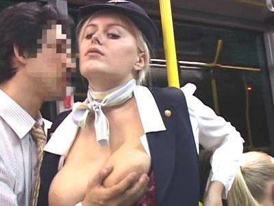 〈外国人〉CA専用送迎バスに乗り込み爆乳おっぱいのブロンドCAにデカチン押し付けたらノリノリで射精させてくれた!