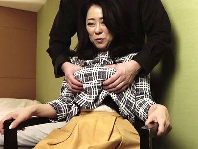 【熟女ナンパ】若い男に久しぶりに身体を求められてまんざらでも美乳おっぱいの美魔女奥様と濃厚不倫セックス!