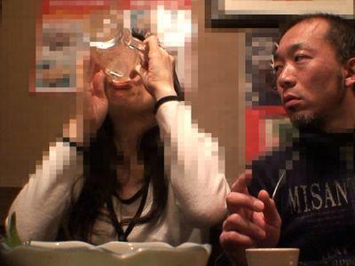 【熟女ナンパ】居酒屋で飲んでいた素人熟年カップルをナンパ!奥様を置いて帰る旦那を尻目にホテルへ連れ込み不倫セックス!