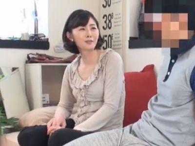 【連れ込み】若い男の部屋で久々に女の顔になる50歳の美魔女奥様が隠し撮りされてるとは知らず不倫セックスで膣内射精!
