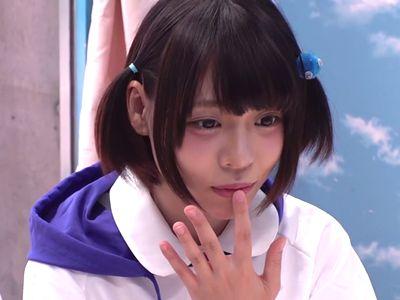 【MM号】某アイドルグループのメンバー激似の可愛い美少女がチンポ飴から本物チンポを咥え、無毛パイパンマンコに挿入!