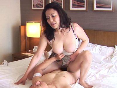 【熟女ナンパ】爆乳おっぱいを激しく揺らしながらガンガン腰を振る淫乱美魔女奥様が年下チンポに大興奮の不倫セックス