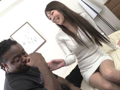 【人妻ナンパ】黒人のデカチンに興味津々の美人奥様がビックマラをアソコで体験する不倫NTRセックスで絶頂アクメイキ!