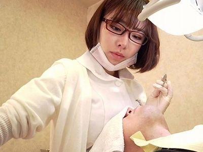 【深田えいみ】施術中にも関わらず巨乳おっぱいを押し当てくるメガネ美少女な変態歯科衛生士が精子を搾り取る羞恥プレイ!