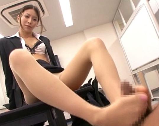 就活中の面接でセクハラをされパンスト足コキを強要された女子達の脚フェチDVD画像2