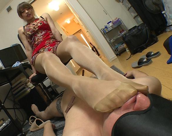 チャイナドレスの吉沢明歩がパンスト足コキと手コキで連続射精の脚フェチDVD画像3
