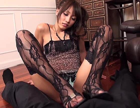 発情娘が蒸れた股間を押し付け生足コキで痴女責めプレイの脚フェチDVD画像3