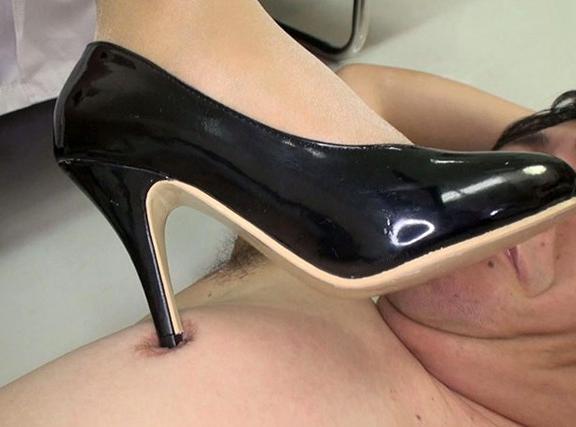 小便を患者に飲ませる変態な女医のパンスト足コキでフル勃起の脚フェチDVD画像5