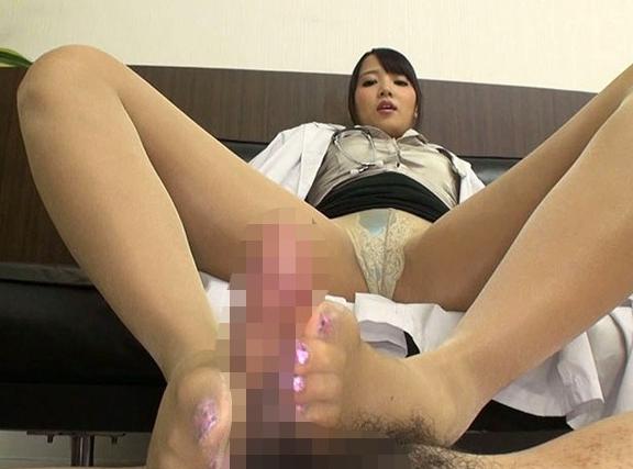 小便を患者に飲ませる変態な女医のパンスト足コキでフル勃起の脚フェチDVD画像4
