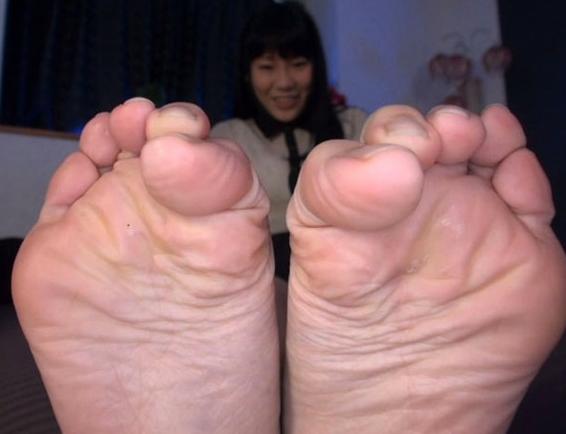 女子校生が酸っぱい匂いを漂わすルーズソックスの足裏で足コキの脚フェチDVD画像6
