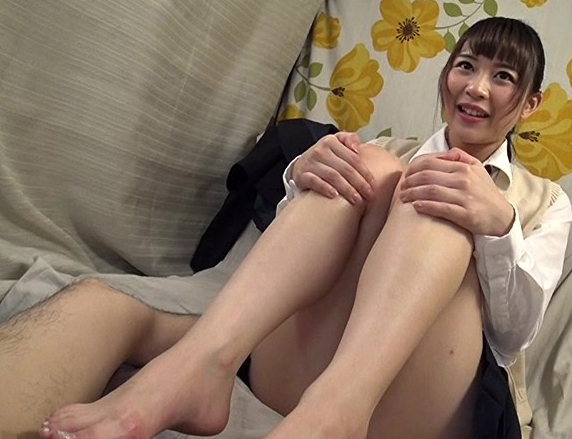 女子校生の繊細な素足の足指で優しく足コキされる足フェチ動画の脚フェチDVD画像1