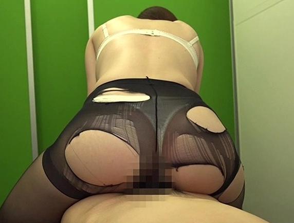 美人OLが更衣室で男の肉棒をパンスト足コキで責め着衣SEXで犯すの脚フェチDVD画像4