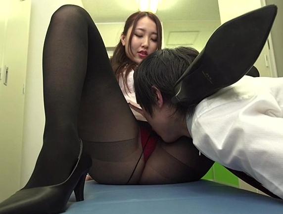 美人OLが更衣室で男の肉棒をパンスト足コキで責め着衣SEXで犯すの脚フェチDVD画像1