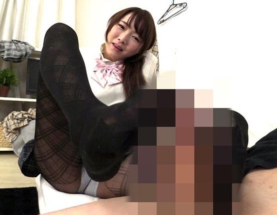 制服に黒パンストが良く似合う美少女JKに足コキされ足射ベットリの脚フェチDVD画像5
