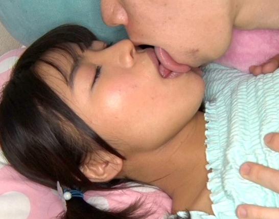 ロリータ娘の妹に生足コキしてもらってパイパンSEXで中出し射精の脚フェチDVD画像1