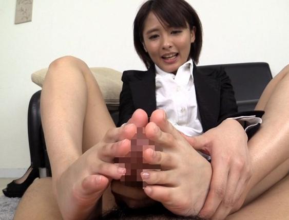 上品な顔に美しいスレンダー美脚の秘書が生足で足コキ責めの脚フェチDVD画像2