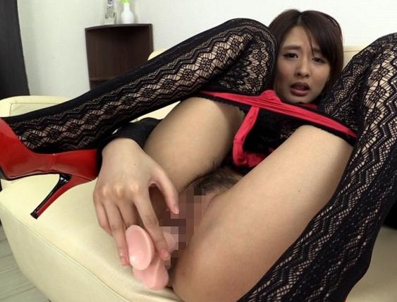 上品な顔に美しいスレンダー美脚の秘書が生足で足コキ責めの脚フェチDVD画像1