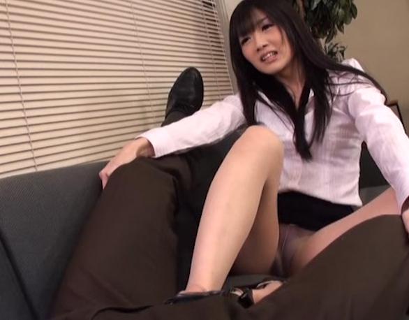 ドエスな美人OLに靴コキと顔騎で責められ小便を飲まされるの脚フェチDVD画像3