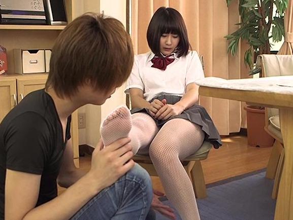 女子校生が制服ミニスカートに網タイツで足コキ責めしてくれるの脚フェチDVD画像1
