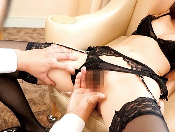 ランジェリーを着た吉沢明歩がガーターストッキング着衣SEXの脚フェチDVD画像6