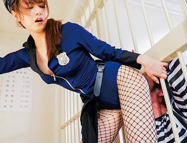 ドエスな婦警の吉沢明歩に黒パンストの足裏で足コキ抜きされるの脚フェチDVD画像6