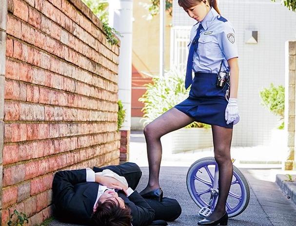 ドエスな婦警の吉沢明歩に黒パンストの足裏で足コキ抜きされるの脚フェチDVD画像4