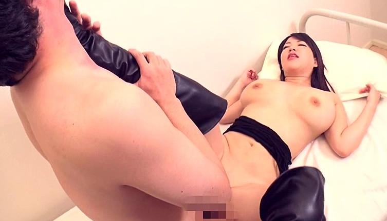 極巨乳美女 優月まりな 超ドSニーハイブーツ女教師ザーメン狩り!の脚フェチDVD画像6
