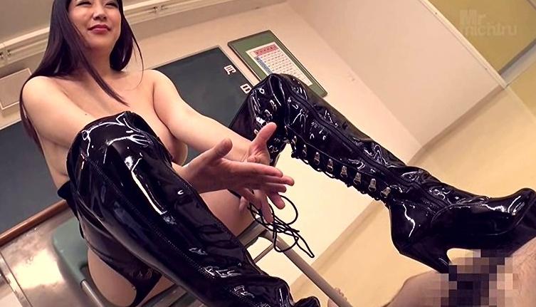 極巨乳美女 優月まりな 超ドSニーハイブーツ女教師ザーメン狩り!の脚フェチDVD画像3