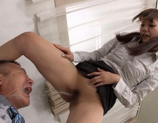 ドエスOLに無能なM男社員が小便を飲まされ足コキ責めされるの脚フェチDVD画像1