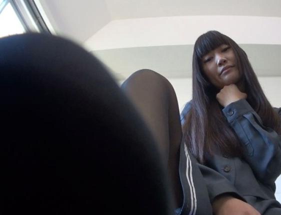 女子校生がムチムチしたパンスト美脚と蒸れた足裏で足コキ責めの脚フェチDVD画像5