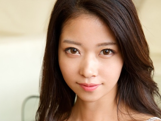 東アジア系のアイドル美少女が最高のスレンダー美脚で素足コキの脚フェチDVD画像1