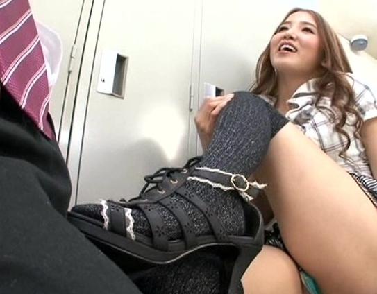 いやらしいニーハイ美脚痴女がハイヒールの靴底と足裏で足コキの脚フェチDVD画像4