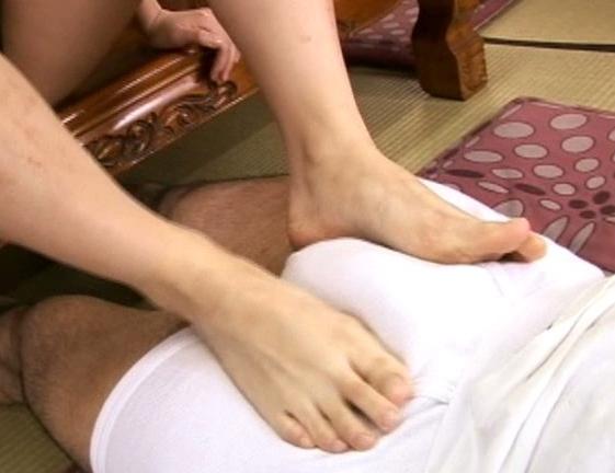 黒ギャルのホットパンツ美脚の生足裏で足コキされる足フェチ動画の脚フェチDVD画像2