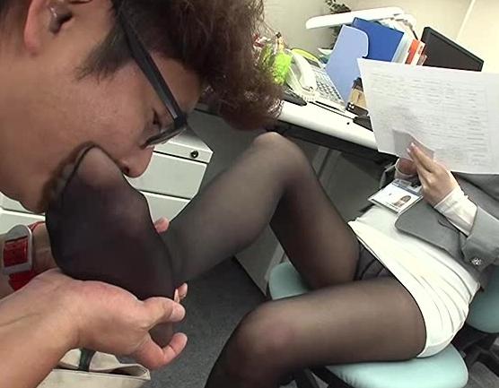 美人OLの時間を止めて蒸れたパンストを嗅いで舐めて強制足コキの脚フェチDVD画像1