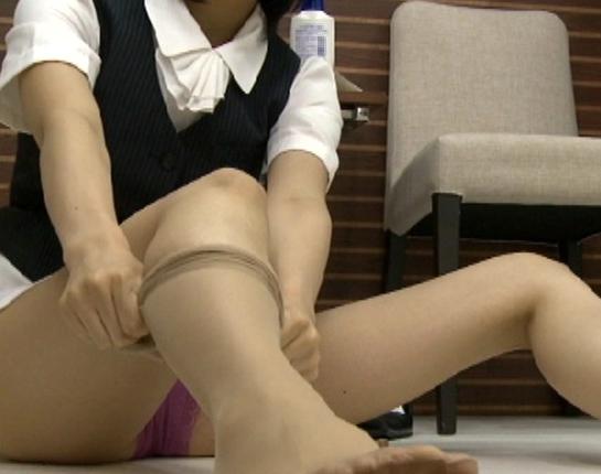 OLお姉さんがいやらしくパンストを穿く更衣室の脚フェチ映像の脚フェチDVD画像6